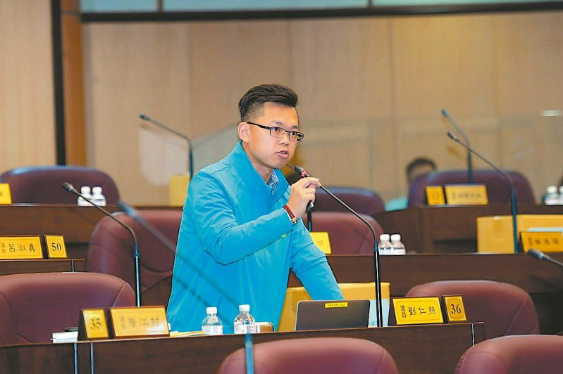 市議員劉仁照認為「笑氣」使用氾濫,建議市府訂定自治條例讓旅館業者自主管理。 圖/桃園市議會提供