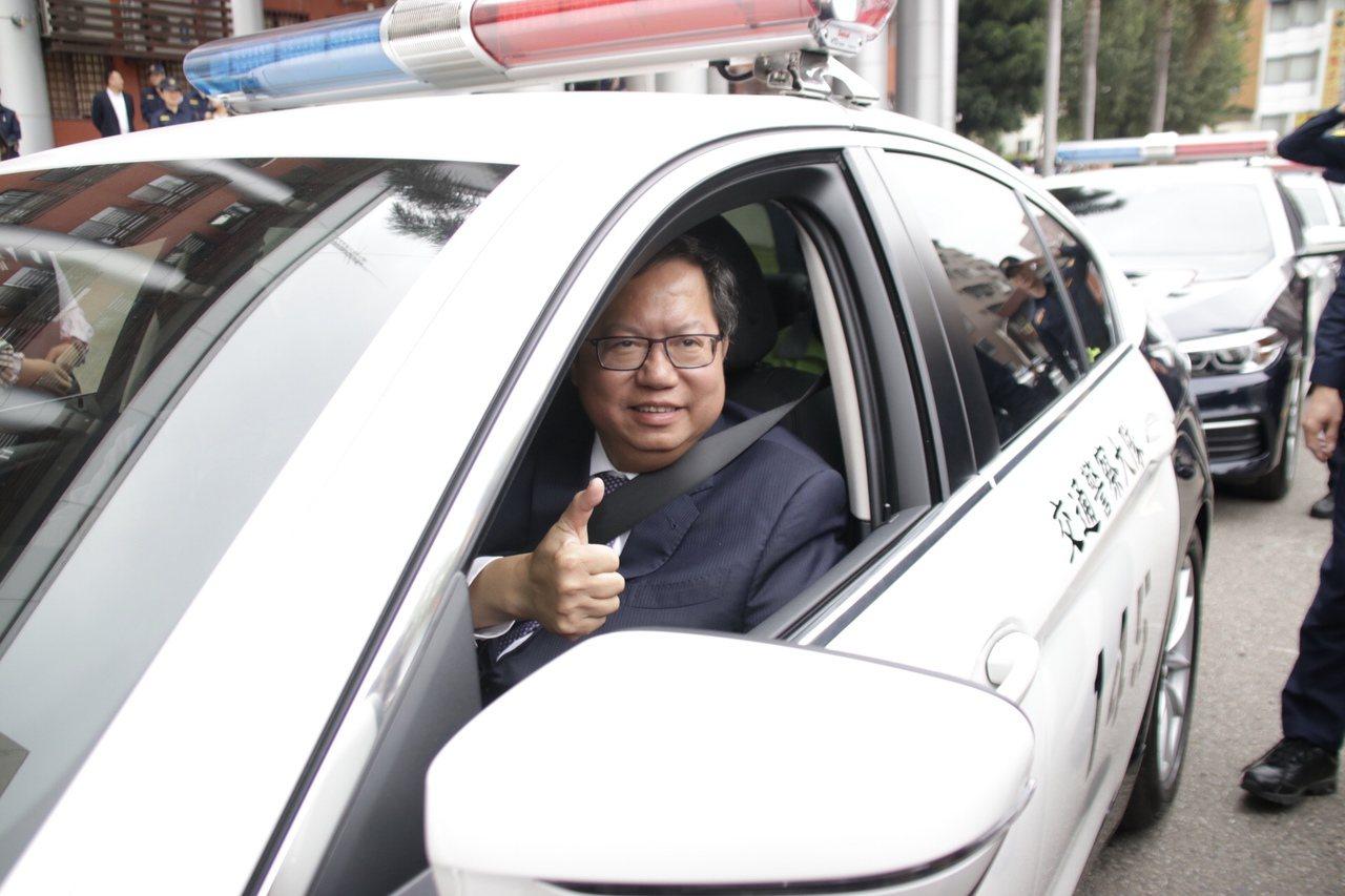 桃園市長鄭文燦搭上警察局新添購的BMW530i警用車。 記者曾健祐/攝影