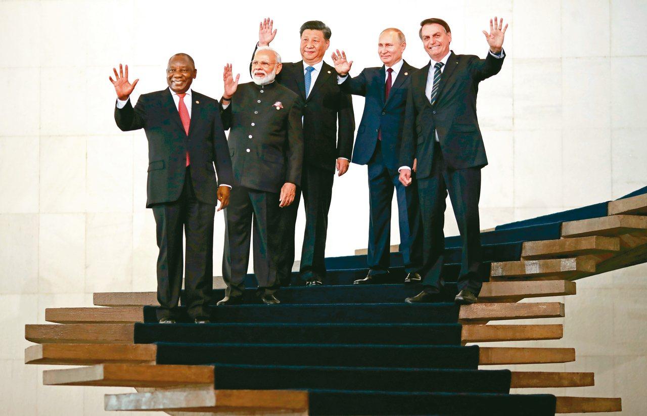 出席金磚峰會的巴西總統波索納洛(右起)、俄國總統普亭、中國國家主席習近平、印度總...