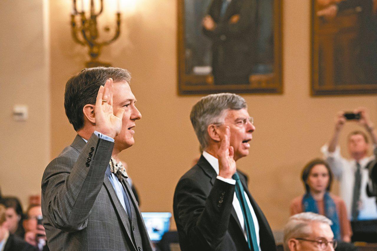美國駐烏克蘭代理大使泰勒(右)與國務院負責烏克蘭事務的副助理國務卿肯特(左)十三...