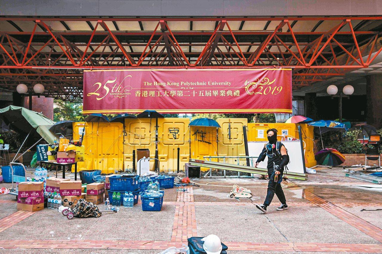 香港數所大學校園周遭淪為衝突場,示威者在多所大學校園出入口築起「防禦工事」。 (...