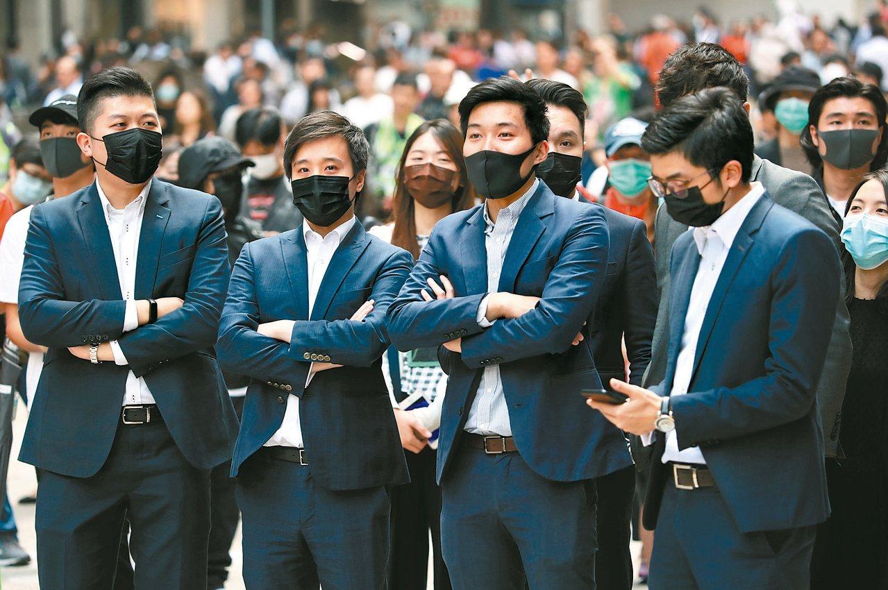 反送中示威者昨第四天發起「中環快閃示威」活動,仍可看到不少上班族身影。 (路透)