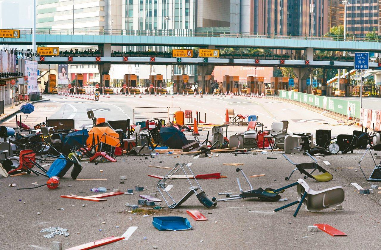 香港海底隧道(紅隧)九龍出入口十四日被示威者設置雜物堵路,阻止車輛通行,連接香港...