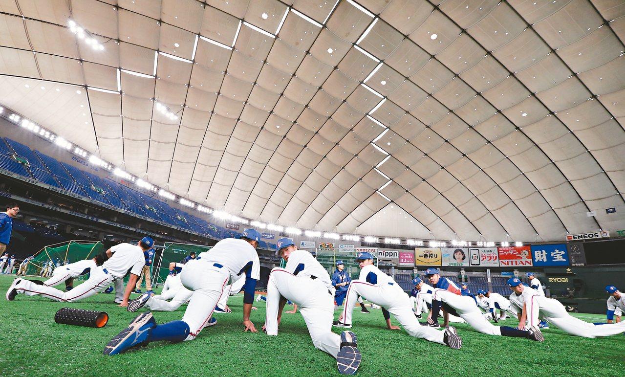 中華隊昨在東京巨蛋人工草皮上伸展筋骨暖身。 特派記者侯永全/攝影