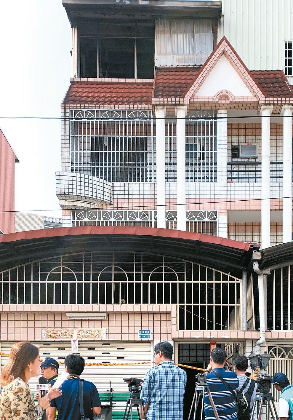 起火的透天厝整幢都被鐵窗包圍。 記者翁禎霞/攝影