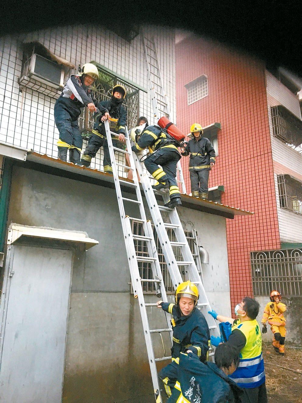 屏東內埔鄉一幢透天厝昨天清晨火警,消防隊員從三樓後方破窗救出兩名女童。 記者翁禎...