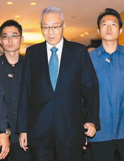 國民黨主席吳敦義(中)昨低調表示,自己不分區名次會再調整。 記者潘俊宏/攝影