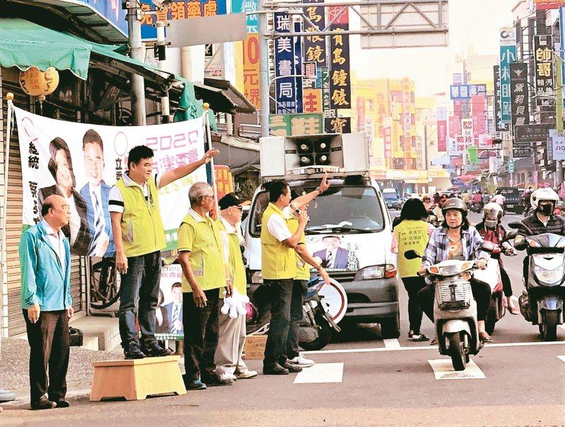 民進黨提名參選屏東縣第二選區的立委莊瑞雄(左二),昨晚確定列在第十名,莊昨一早仍在街頭拜票。 圖/林姓讀者提供