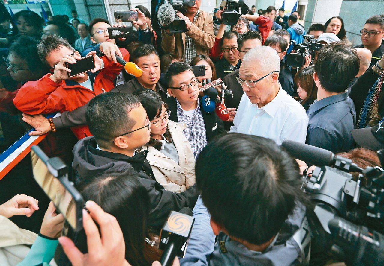 國民黨不分區名單引發爭議,台北市議員羅智強(左下)等青壯派在黨中央前面連夜靜坐,...