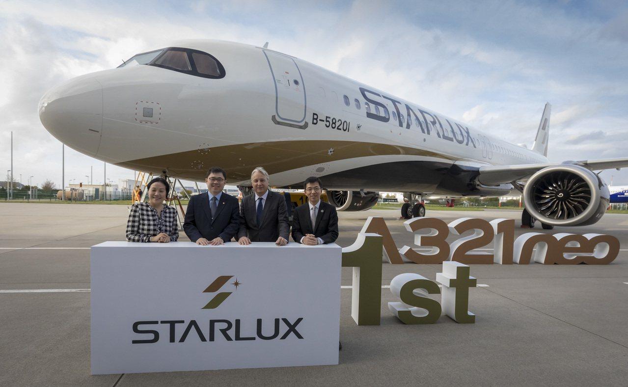 星宇航空明年元月開航,首架飛機A321neo日前現身,星宇航空董事長張國煒(左二...