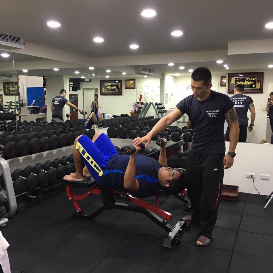 拳士瘋健身教練黃文祺(站者),在健身界已有13年資歷,指導學員相關訓練,強健身心...
