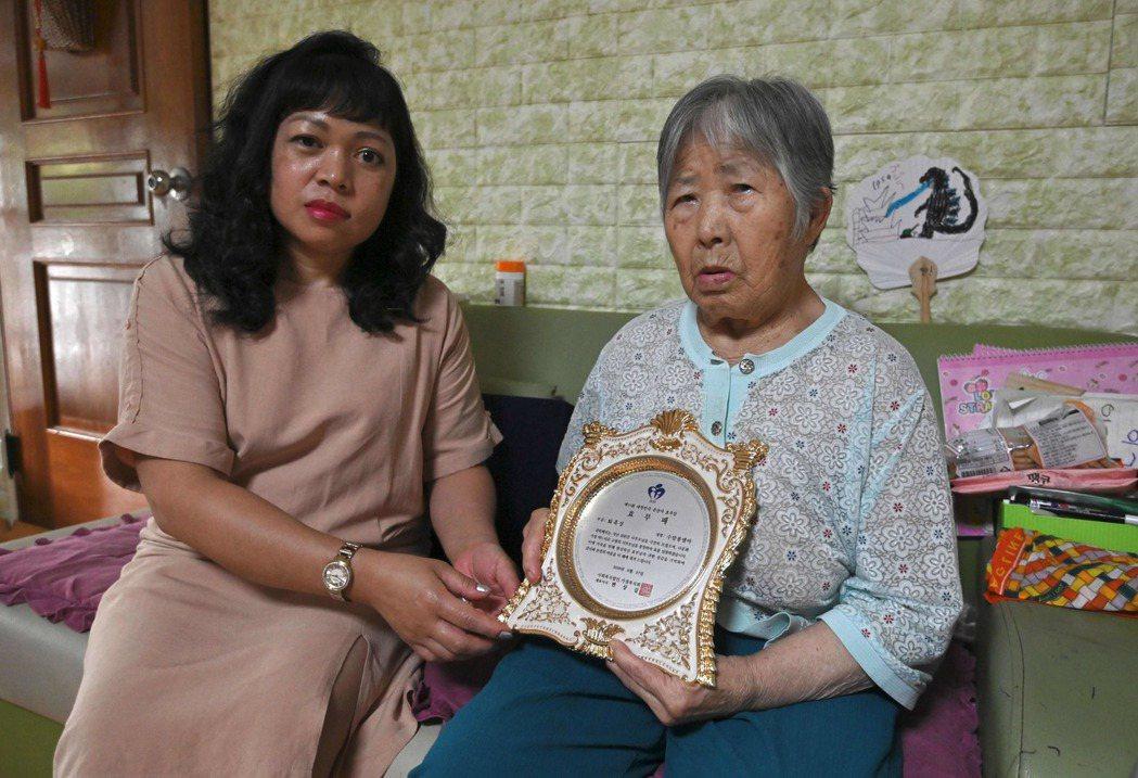 來自菲律賓的48歲南韓媳婦蘇瑪彭(左)因致力照顧年邁婆婆(右),獲得當局頒發「孝...