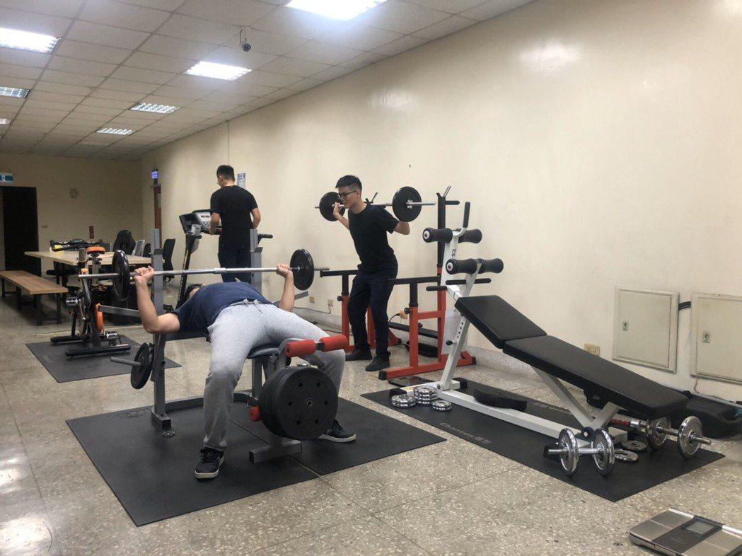 新竹市警二分局文華派出所2樓廳舍變身成小型健身房,員警瘋健身。記者王駿杰/攝影