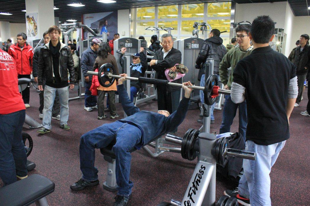 交大耗資千萬打造與連鎖健身房同級設備的頂級健身房,每周有4千人次使用。圖/交大提...