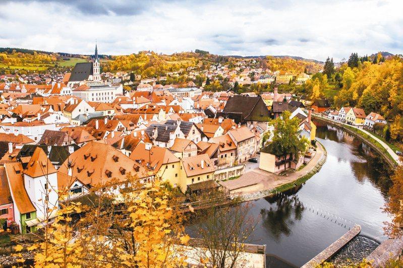 捷克童話小鎮庫倫諾夫秋天被楓樹包圍。 圖/可樂旅遊提供