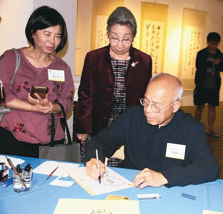 澳大利亞書法家賴建華(右起)以英文書法贈予專任董事蔡雅賢。 元培/提供