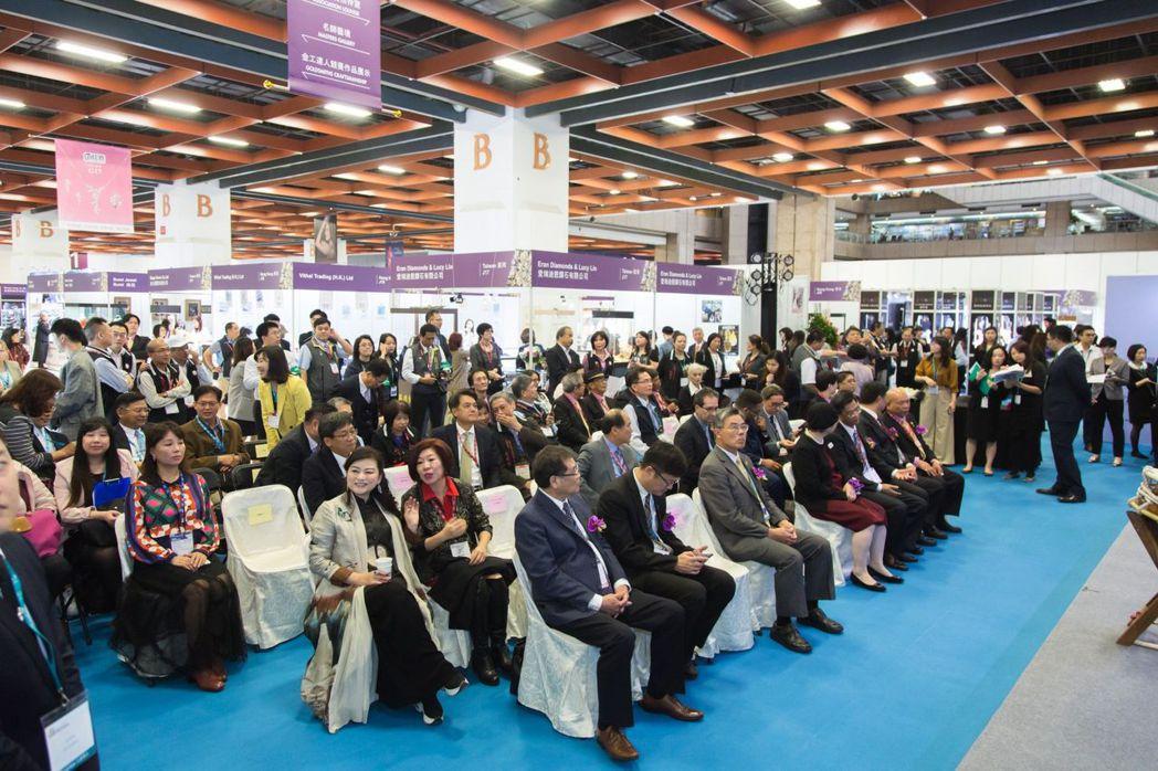 許多貴賓和民眾熱鬧坐在台下欣賞珠寶展開幕儀式  亞洲博聞/提供