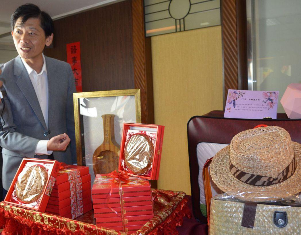 臺南市政府文化局葉澤山局長解說禮餅意涵。  陳慧明 攝影