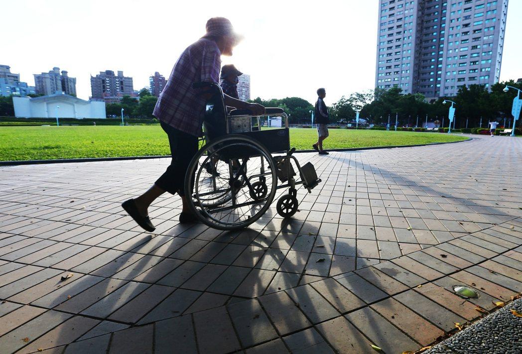 目前在台灣許多有長照需求的家庭選擇居家照護而不進駐長照安養機構,但相對於居家長照...