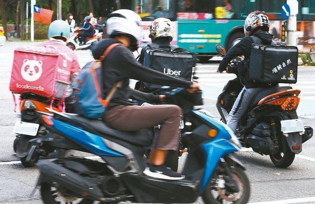 保險專家提醒,外勤及出差頻繁之工作者因搭乘交通工具時間多,風險較高,建議應將自身...