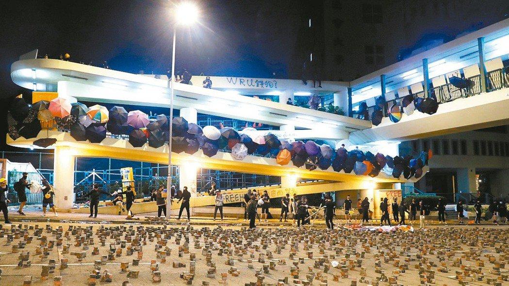 香港浸會大學外面馬路被示威者放磚塊當路障,阻止警察進入校園。 路透