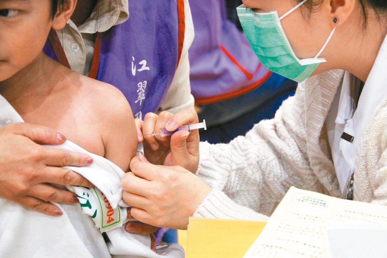 今年公費流感疫苗首度升級為四價,全國今天第一批開打。 記者魏翊庭/攝影