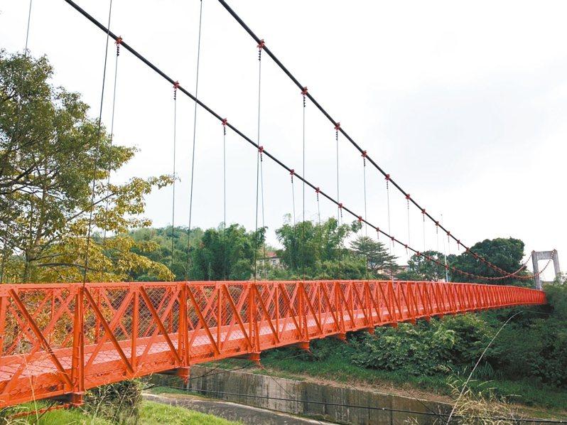 台南藝術大學與烏山頭水庫間的「跨虹吊橋」,封閉10多年後將重新開啟。 記者吳淑玲/攝影