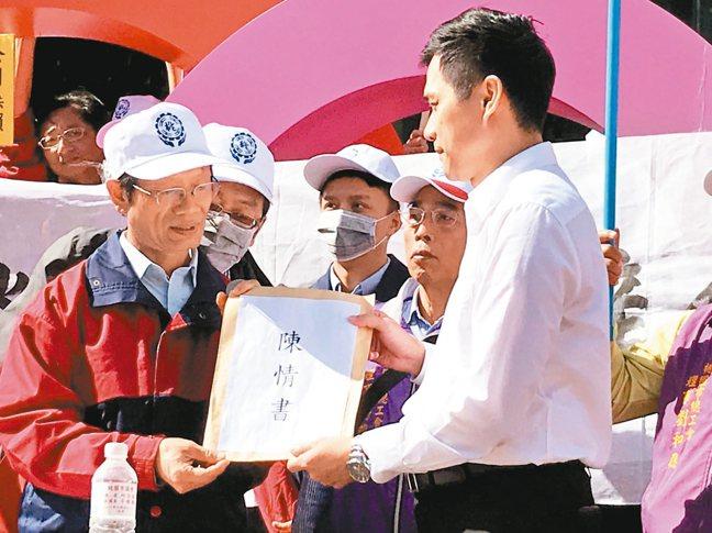 華映企業工會理事長蘇國哲(左)遞交陳情書給大同公司代表。 記者蔡銘仁╱攝影