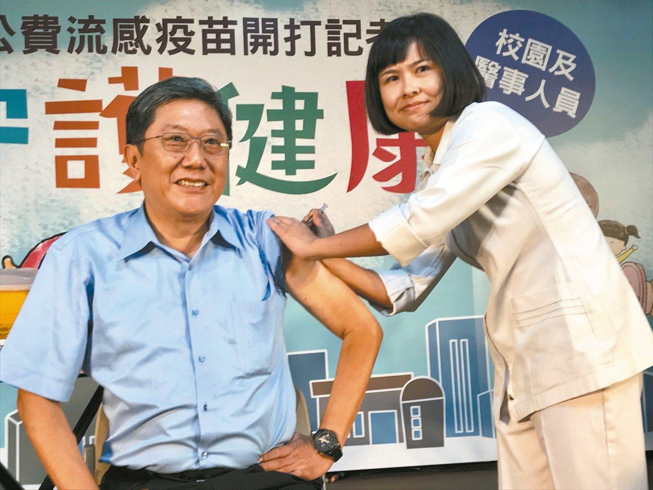 公費流感疫苗今天開打,第一階段施打對象為學生及醫護人員,台大醫院李秉穎醫師上午接...