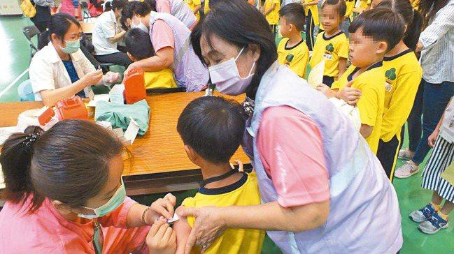 台中市永春國小學童接種公費流感疫苗。 記者趙容萱/攝影
