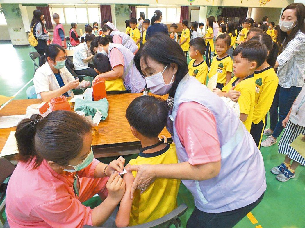 公費流感疫苗今天開打,圖為台中市永春國小學童接種流感疫苗。 記者趙容萱/攝影