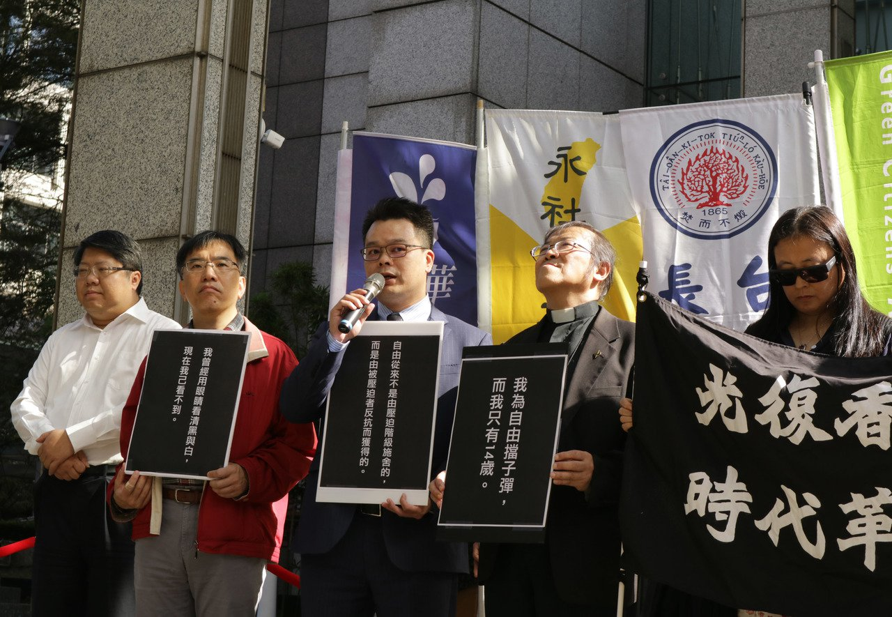 香港抗爭者支援工作台灣義務律師團發言人林俊宏(中)表示,台灣有能力協助港人,政府...