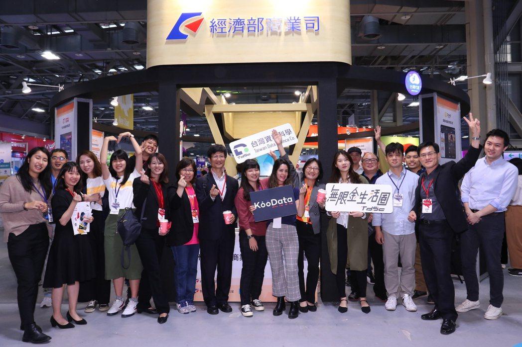 ▲經濟部商業司李鎂司長與陳秘順副司長與11家智慧商業參展團隊合影。