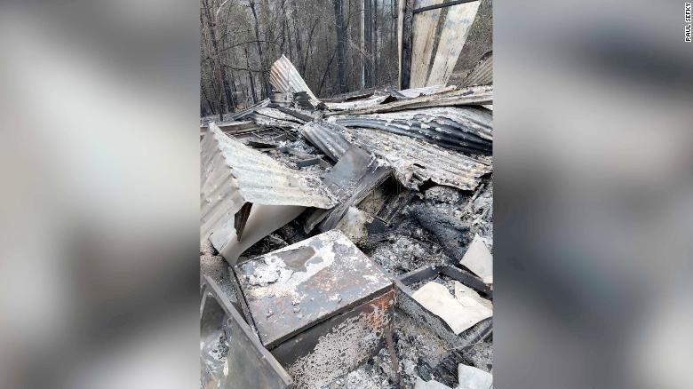 大火燒毀了席費先生的棚子,還有裡面的工具跟腳踏車。圖/CNN