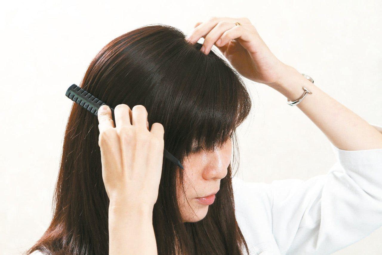 掉髮時,找出原因,對症下藥,才能將秀髮長回來。 圖/本報資料照片