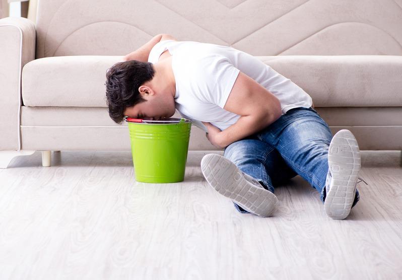 大陸31歲男子因兒子將農藥加入可樂瓶而誤飲,導致他嘔吐中毒。示意圖/ingima...