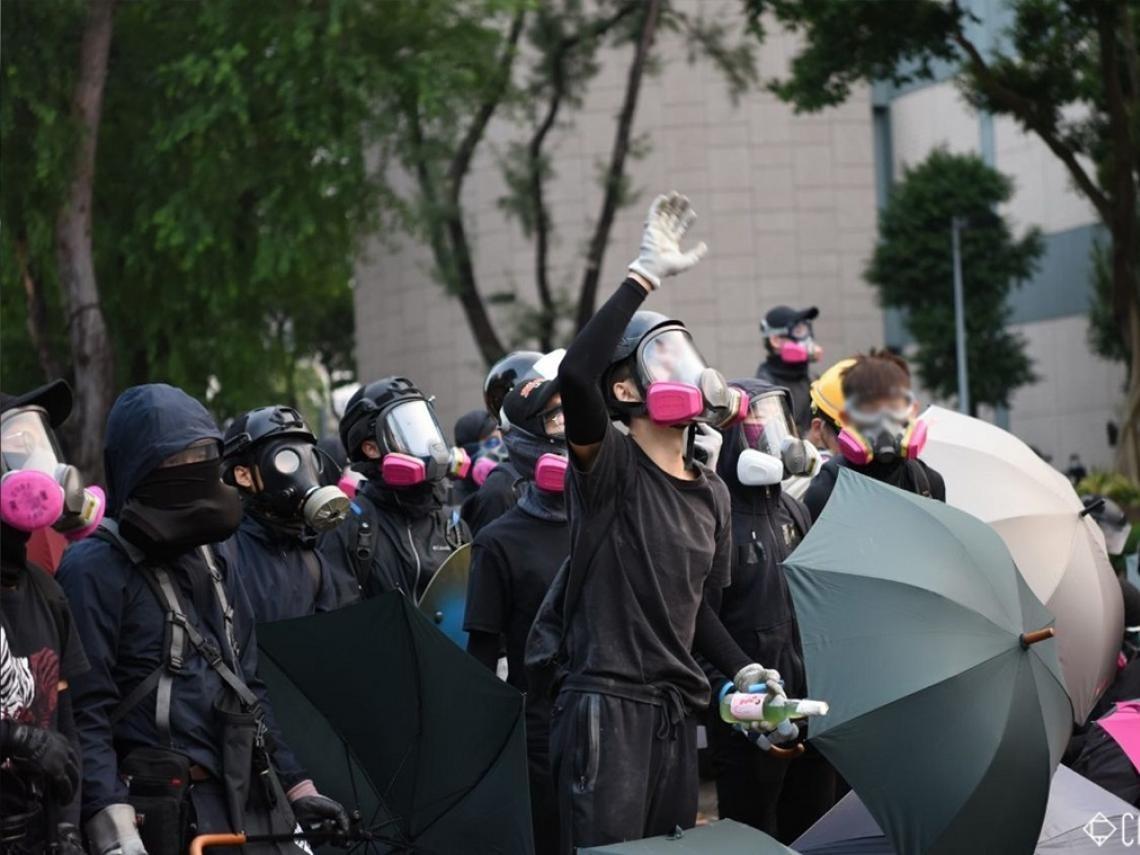 ▲示威者在暢運道及漆咸道南交界與港警對峙