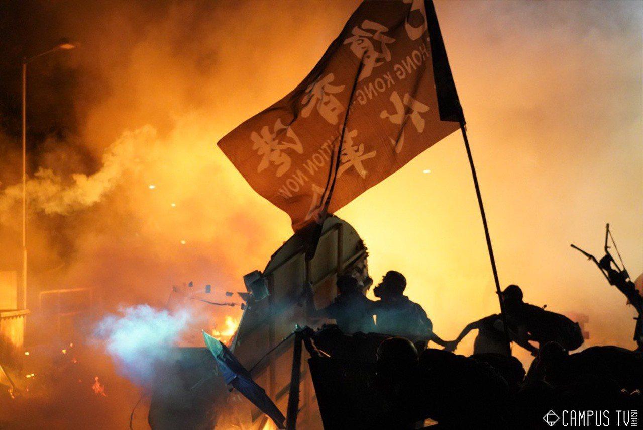 ▲香港警民衝突場面越演越烈。(圖片來源:取自 香港大學學生會校園電視臉書)