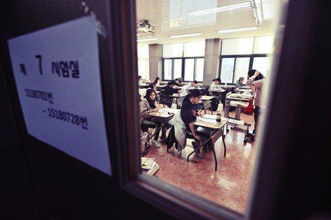 14日,南韓舉行高中升大學的入學考試。與此同時,曹國妻女的「特權入學」爭議,延燒...