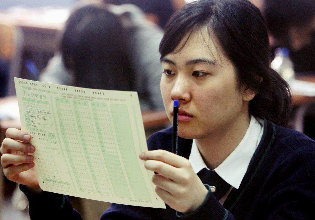 「修能」大學入學考,被南韓視為關乎人生的重要大事。就在高中生忙於準備大考的期間,...