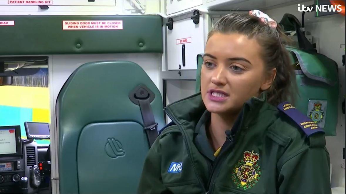 英國一名女救護員在救護車上替傷患處理傷口時,竟遭對方伸出「鹹豬手」襲臀。圖截自太...