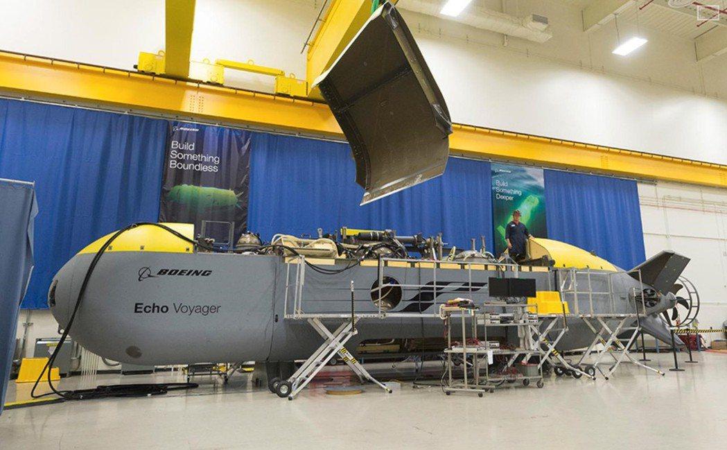 波音自資開發的「海洋航行家」超大型無人潛艦採用柴電動力,每次用呼吸管充電完可潛航...