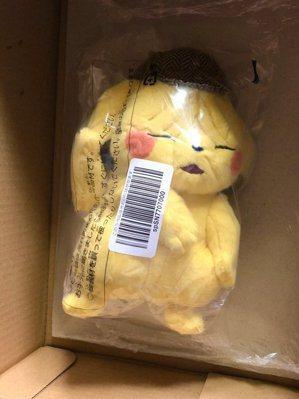 網友在亞馬遜買了皮卡丘玩偶,卻因封膜成為網路上的發燒話題。圖/Twitter