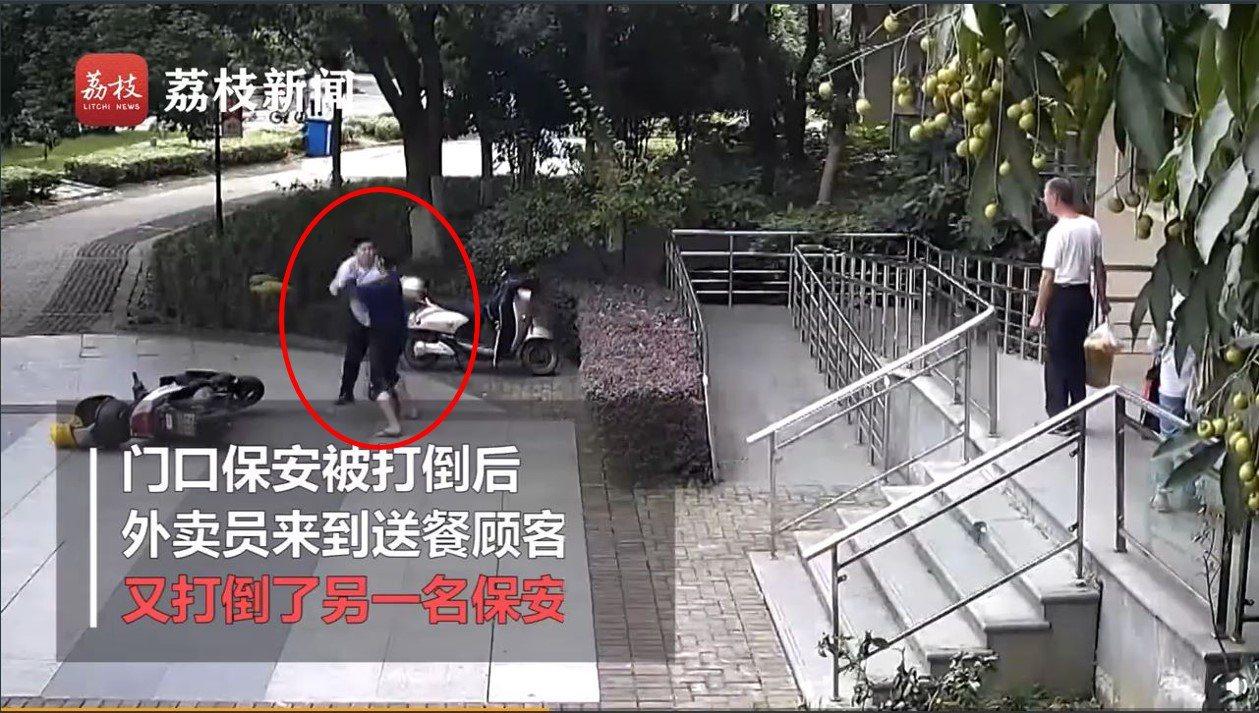 大陸一名外送員為了準時送餐,竟出手毆打要求他按規定登記入內的社區保全,導致對方下...