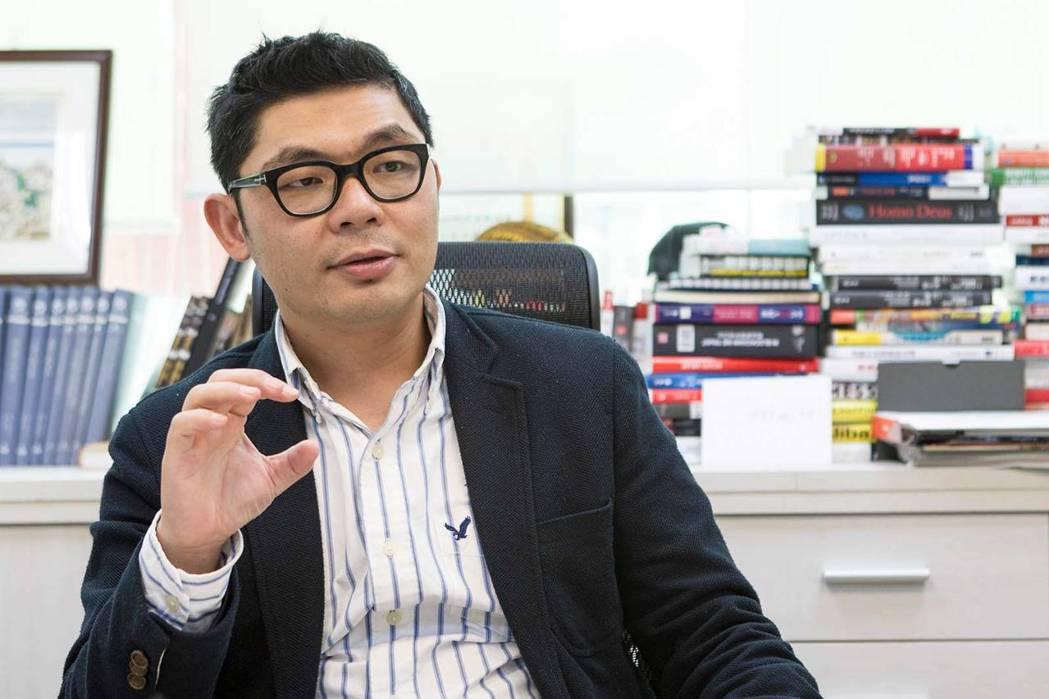 立法委員許毓仁是說服YouTube創辦人許士駿搬遷回台的幕後推手之一。(吳宙棋攝...
