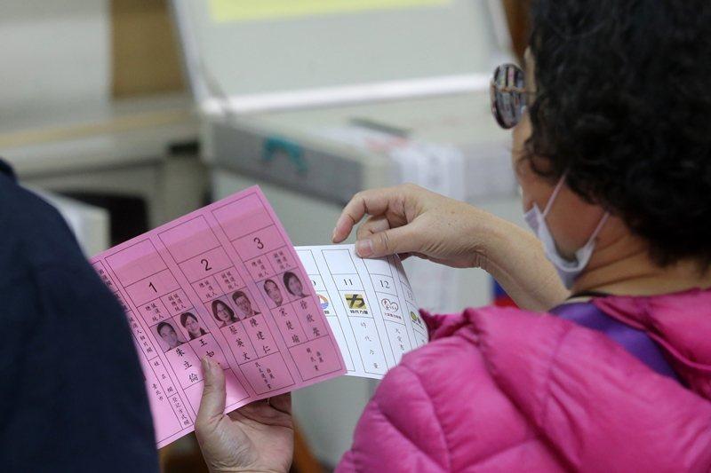 已施行三屆的單一選區兩票制,透過「一票選人,一票選黨」的方式,來決定選舉最終的當選席次總數。 圖/聯合報系資料照