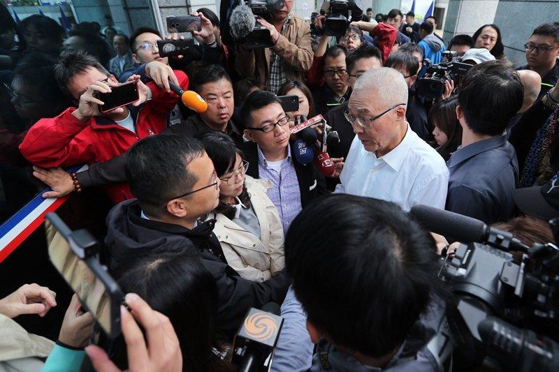 11月14日,國民黨主席吳敦義(白衣者)上午在中央黨部門口,與不滿不分區名單而靜坐的台北市議員羅智強(左下)等人溝通。 圖/聯合報系資料照