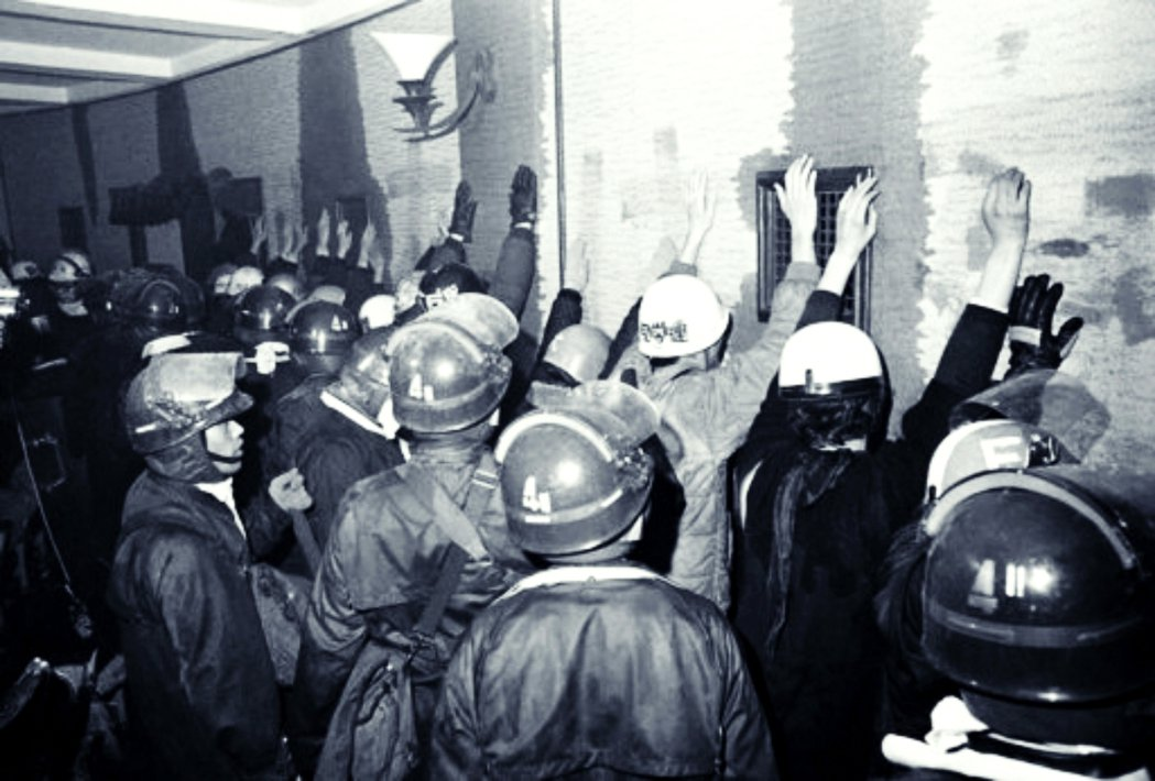1969年1月18日至19日,鎮暴的機動隊進行強制「封鎖解除」、攻入東大安田講堂...