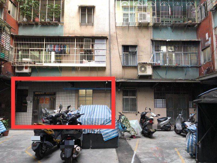 這間無尾巷的房子安靜且前方還有空間可停車。 圖/翻攝自mobile01