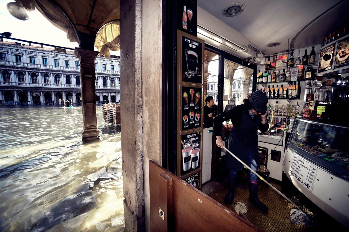 對威尼斯當地居民來說,愈來愈頻繁且極端的水災,已經不只是危及文化遺產與商業活動,...